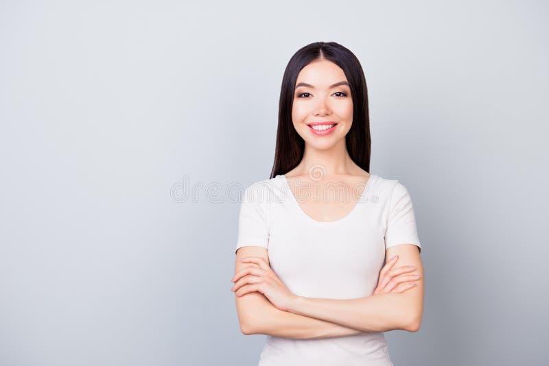 Πορτρέτο της χαριτωμένης βέβαιας όμορφης γυναίκας με την ακτινοβολία του χαμόγελου με στοκ φωτογραφίες με δικαίωμα ελεύθερης χρήσης