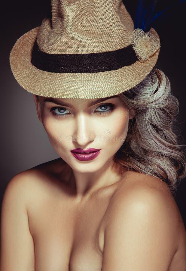Πορτρέτο της χαριτωμένης γυναίκας με το beuatiful makeup και το μοντέρνο καπέλο στοκ φωτογραφίες