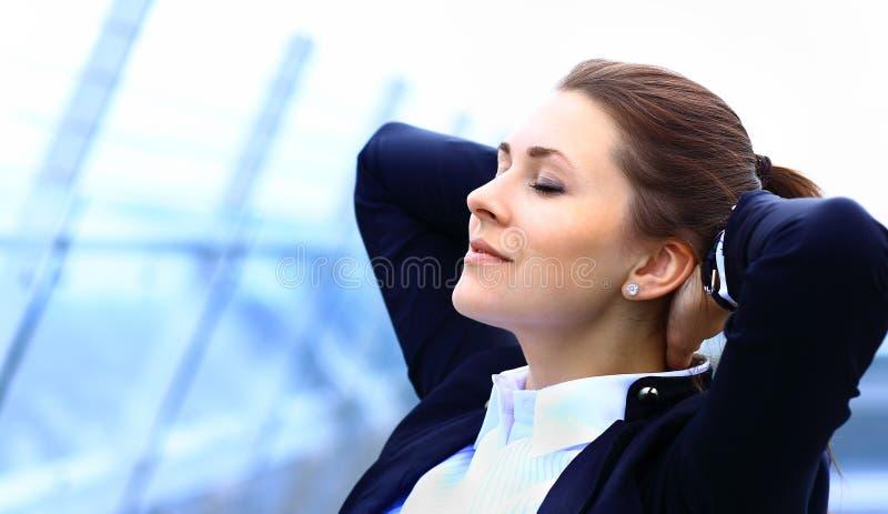 Πορτρέτο της χαριτωμένης νέας χαλάρωσης επιχειρησιακών γυναικών στοκ φωτογραφίες με δικαίωμα ελεύθερης χρήσης