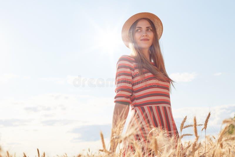 Πορτρέτο της χαρούμενης νέας γυναίκας που έχει τη διασκέδαση, χαμόγελο και που απολαμβάνει τη θερινή ημέρα και τον όμορφο καιρό σ στοκ εικόνες