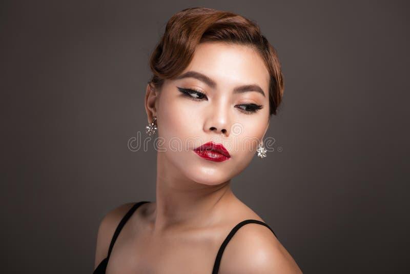 Πορτρέτο της όμορφης αισθησιακής ασιατικής γυναίκας με το κομψό hairstyle στοκ εικόνες
