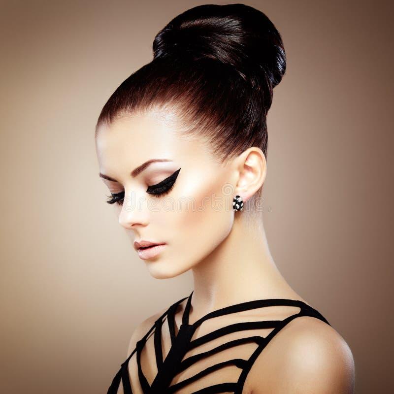 Πορτρέτο της όμορφης αισθησιακής γυναίκας με το κομψό hairstyle.  Ανά στοκ εικόνες