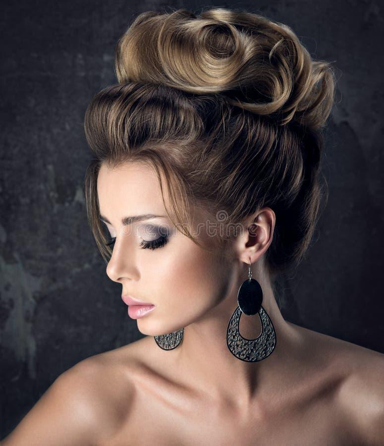 Πορτρέτο της όμορφης αισθησιακής γυναίκας με το κομψό hairstyle Το τέλειο makeup στοκ εικόνα