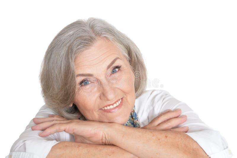 Πορτρέτο της όμορφης ανώτερης γυναίκας που απομονώνεται στο άσπρο υπόβαθρο στοκ εικόνα με δικαίωμα ελεύθερης χρήσης