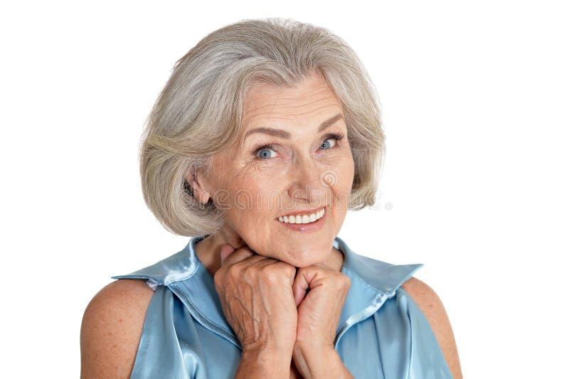Πορτρέτο της όμορφης ανώτερης γυναίκας που απομονώνεται στο άσπρο υπόβαθρο στοκ φωτογραφία με δικαίωμα ελεύθερης χρήσης