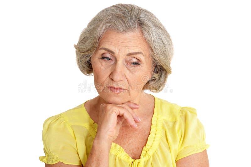 Πορτρέτο της όμορφης ανώτερης γυναίκας στο άσπρο υπόβαθρο στοκ φωτογραφία
