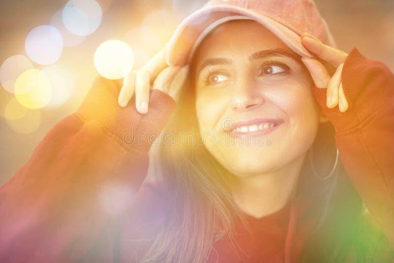 Πορτρέτο της όμορφης απόλαυσης γυναικών κοντά στο παράθυρο με το μουτζουρωμένο υπόβαθρο στοκ εικόνα με δικαίωμα ελεύθερης χρήσης