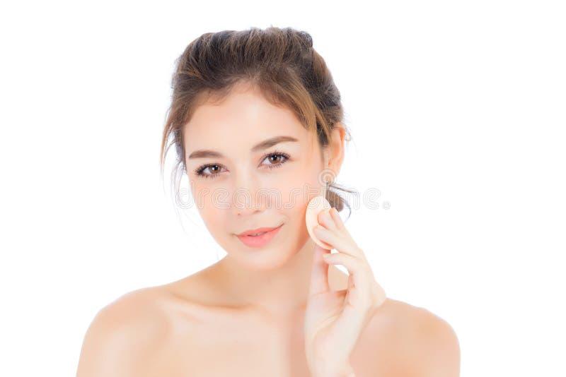 Πορτρέτο της όμορφης ασιατικής γυναίκας που εφαρμόζει τη ριπή σκονών στο μάγουλο makeup του καλλυντικού στοκ εικόνα με δικαίωμα ελεύθερης χρήσης
