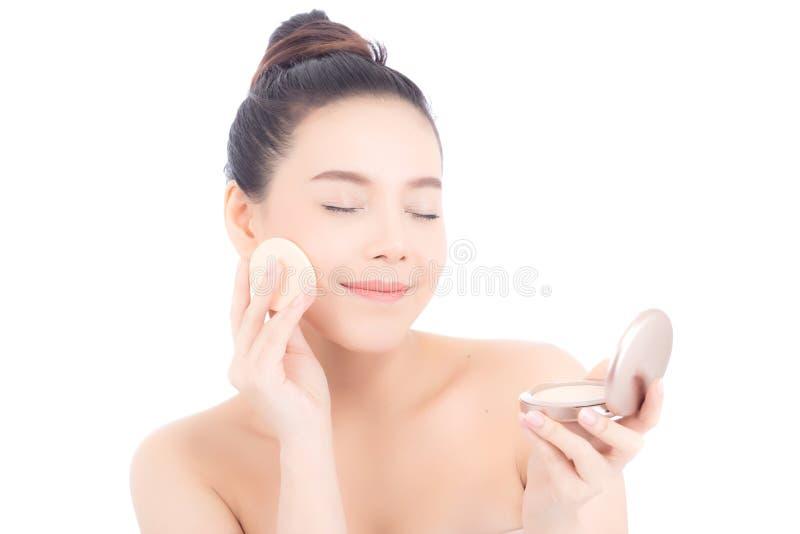 Πορτρέτο της όμορφης ασιατικής γυναίκας που εφαρμόζει τη ριπή σκονών στο μάγουλο makeup του καλλυντικού στοκ εικόνες