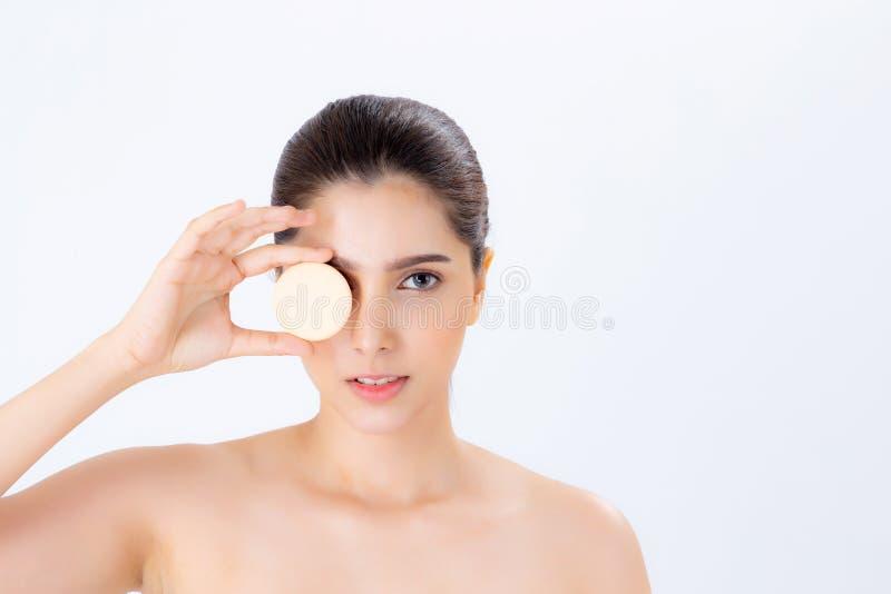 Πορτρέτο της όμορφης ασιατικής γυναίκας που εφαρμόζει τη ριπή σκονών στο μάγουλο makeup του καλλυντικού στοκ εικόνες με δικαίωμα ελεύθερης χρήσης
