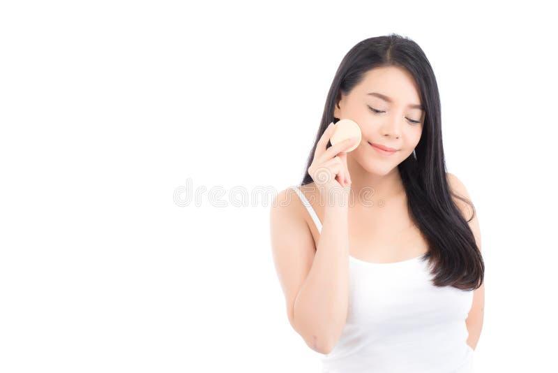 Πορτρέτο της όμορφης ασιατικής γυναίκας που εφαρμόζει τη ριπή σκονών στο μάγουλο makeup του καλλυντικού στοκ φωτογραφία