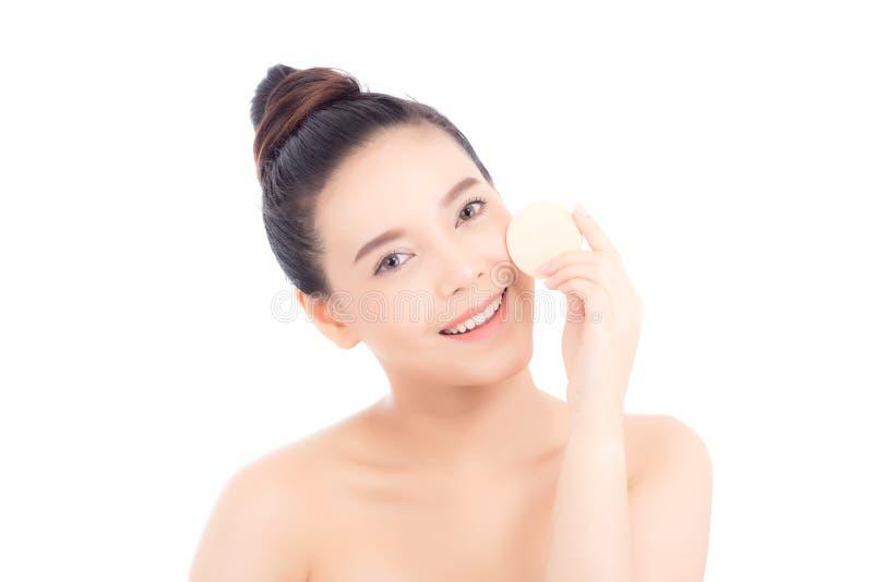 Πορτρέτο της όμορφης ασιατικής γυναίκας που εφαρμόζει τη ριπή σκονών στο μάγουλο makeup του καλλυντικού στοκ φωτογραφία με δικαίωμα ελεύθερης χρήσης