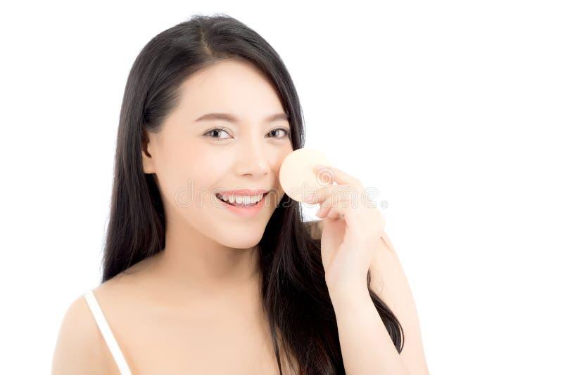 Πορτρέτο της όμορφης ασιατικής γυναίκας που εφαρμόζει τη ριπή σκονών στο μάγουλο makeup του καλλυντικού στοκ εικόνα
