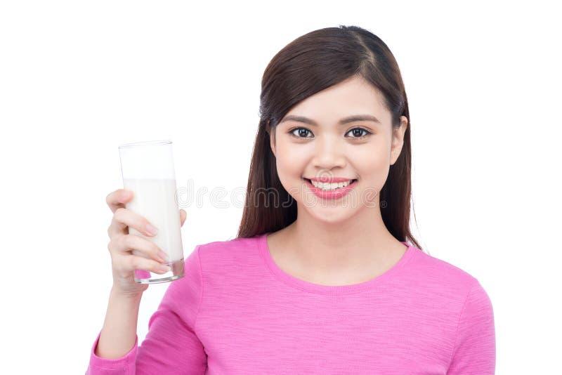 Πορτρέτο της όμορφης ασιατικής νέας γυναίκας smiley με το ποτήρι του γάλακτος στοκ φωτογραφία με δικαίωμα ελεύθερης χρήσης