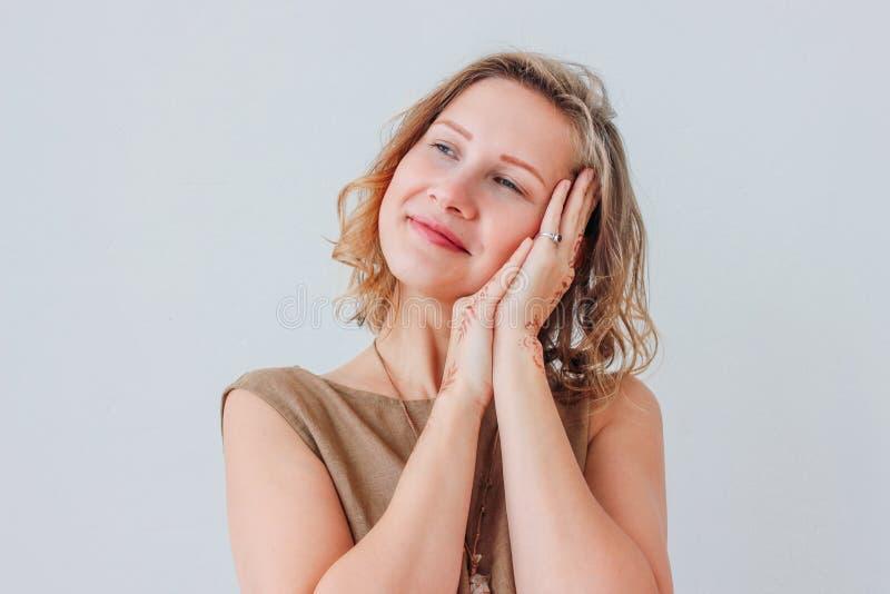 Πορτρέτο της όμορφης γοητευτικής νέας γυναίκας στο φόρεμα λινού με το  στοκ φωτογραφία με δικαίωμα ελεύθερης χρήσης
