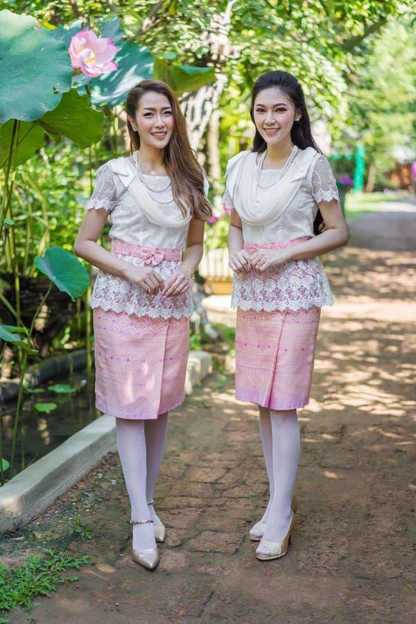 Πορτρέτο της όμορφης γυναίκας δύο στο ταϊλανδικό παραδοσιακό φόρεμα στοκ φωτογραφία