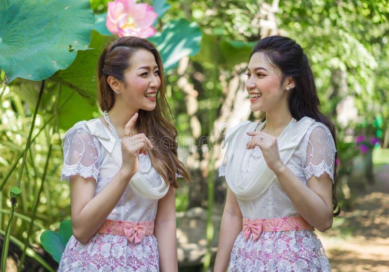 Πορτρέτο της όμορφης γυναίκας δύο στο ταϊλανδικό παραδοσιακό φόρεμα στοκ εικόνες