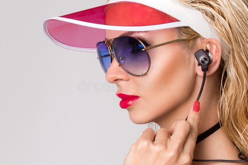 Πορτρέτο της όμορφης γυναίκας με ένα τέλειο πρόσωπο, καταπληκτικά μάτια και ένα ομαλό βελούδινο δέρμα των αισθησιακών ματιών smok στοκ φωτογραφία με δικαίωμα ελεύθερης χρήσης