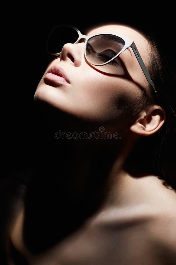 Πορτρέτο της όμορφης γυναίκας με γυαλιά Κατακόρυφο στυλ ρετρό στοκ φωτογραφίες με δικαίωμα ελεύθερης χρήσης