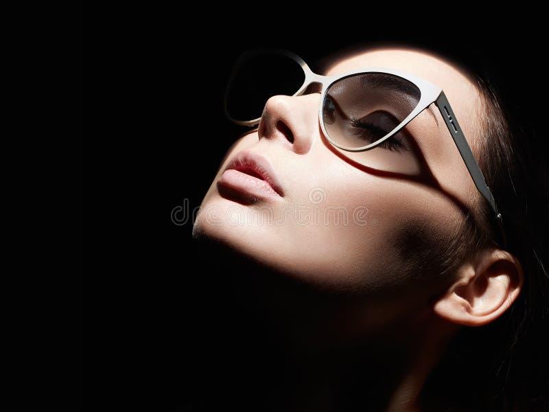 Πορτρέτο της όμορφης γυναίκας με γυαλιά υγεία στοκ εικόνα