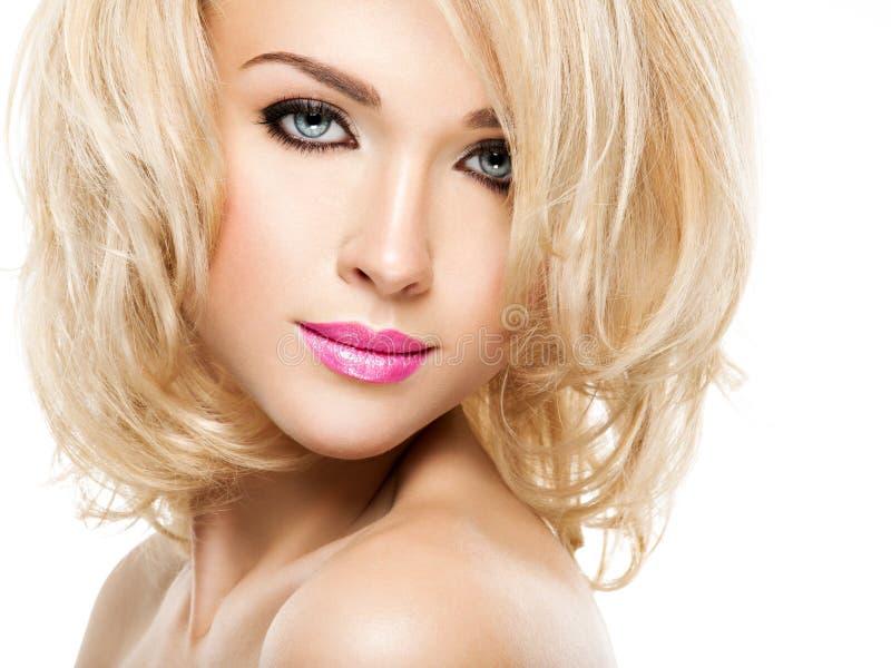 Πορτρέτο της όμορφης γυναίκας με τα ξανθά μαλλιά Πρόσωπο της μόδας στοκ εικόνα