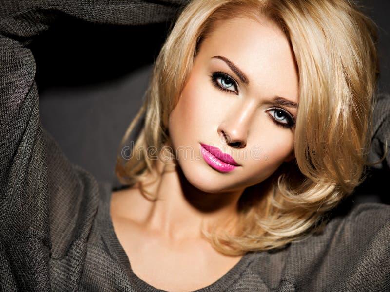 Πορτρέτο της όμορφης γυναίκας με τα ξανθά μαλλιά φωτεινή μόδα μΑ στοκ φωτογραφίες