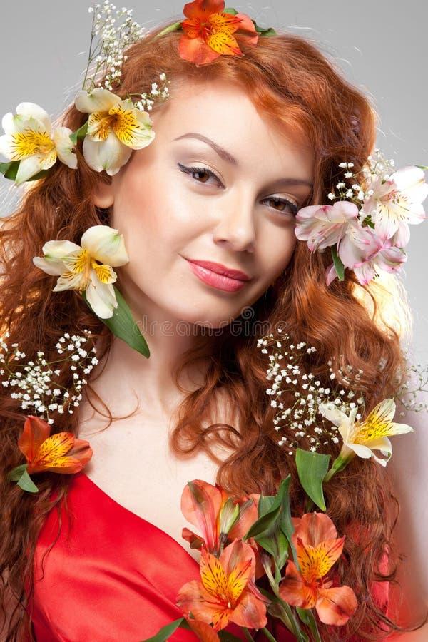 Πορτρέτο της όμορφης γυναίκας με τα λουλούδια άνοιξη στοκ εικόνα με δικαίωμα ελεύθερης χρήσης