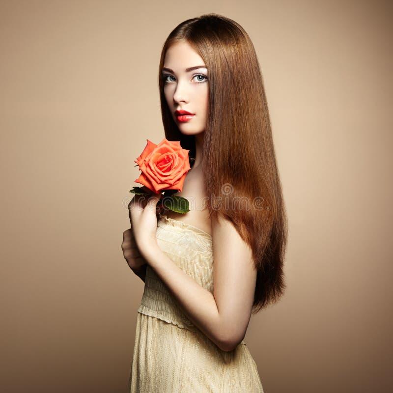 Πορτρέτο της όμορφης γυναίκας με τα λουλούδια στοκ εικόνες με δικαίωμα ελεύθερης χρήσης