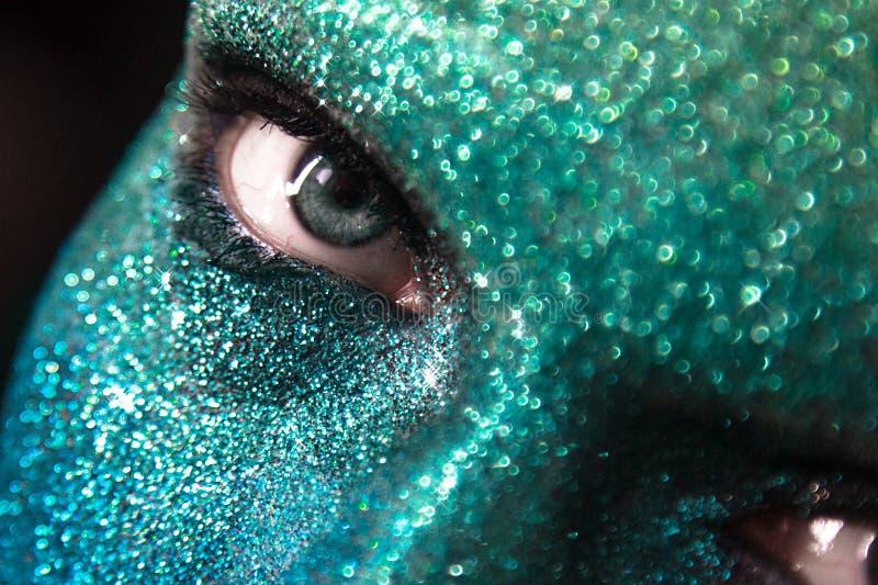 Πορτρέτο της όμορφης γυναίκας με τα πράσινα και μπλε σπινθηρίσματα σε την στοκ εικόνα