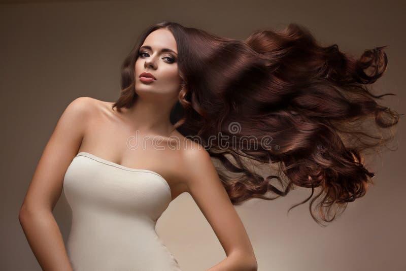 Πορτρέτο της όμορφης γυναίκας με τη μακριά πετώντας τρίχα στοκ εικόνες με δικαίωμα ελεύθερης χρήσης