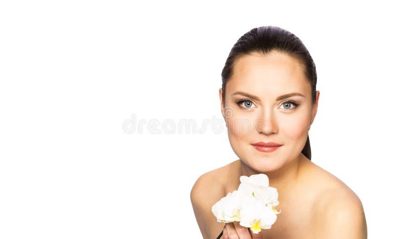 Πορτρέτο της όμορφης γυναίκας με τη ορχιδέα στοκ εικόνα