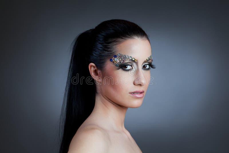 Πορτρέτο της όμορφης γυναίκας με τη σύνθεση κοσμήματος στοκ εικόνα με δικαίωμα ελεύθερης χρήσης
