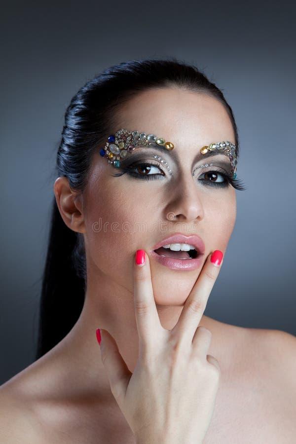 Πορτρέτο της όμορφης γυναίκας με τη σύνθεση κοσμήματος στοκ φωτογραφίες