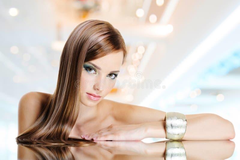 Πορτρέτο της όμορφης γυναίκας με τις μακριές ευθείες τρίχες στοκ εικόνες