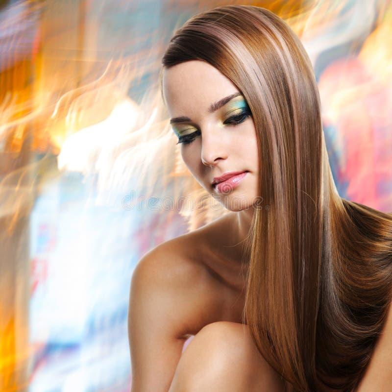 Πορτρέτο της όμορφης γυναίκας με τις μακριές ευθείες τρίχες στοκ φωτογραφίες με δικαίωμα ελεύθερης χρήσης