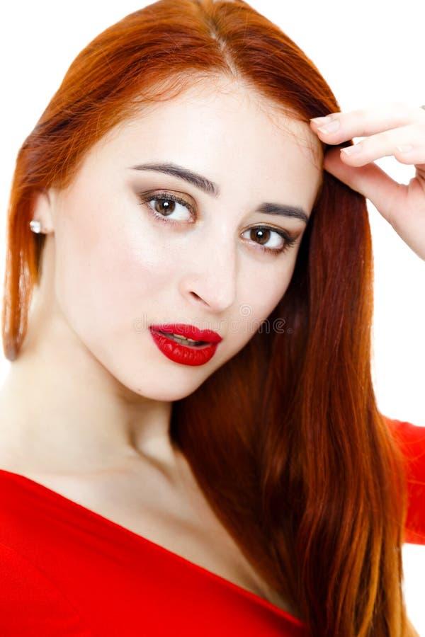 Πορτρέτο της όμορφης γυναίκας με τις μακριές κόκκινες τρίχες και τα κόκκινα χείλια στοκ εικόνες
