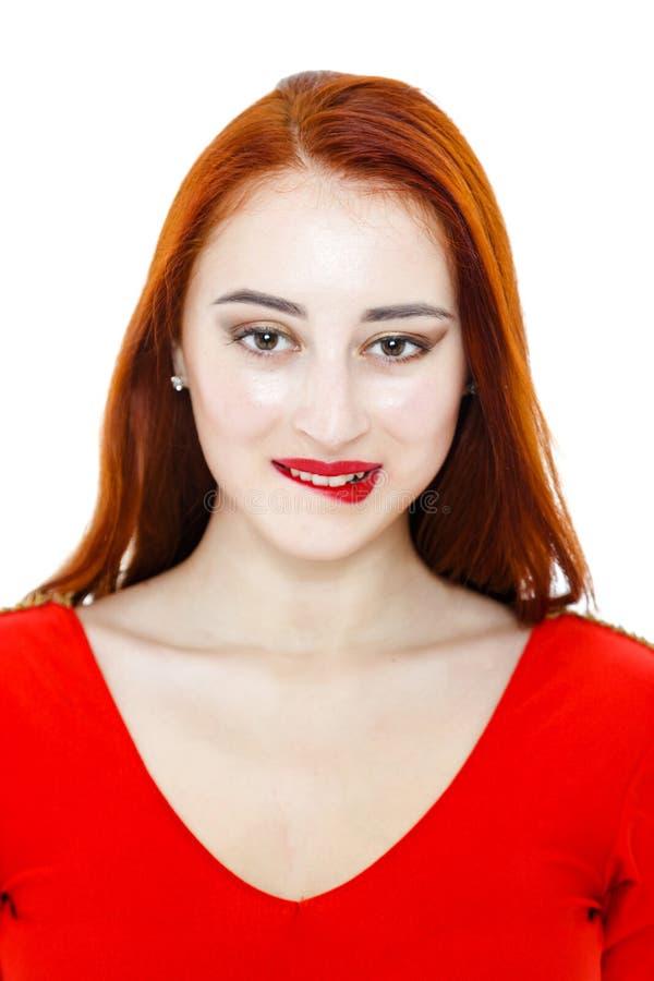 Πορτρέτο της όμορφης γυναίκας με τις μακριές κόκκινες τρίχες και τα κόκκινα χείλια στοκ φωτογραφία