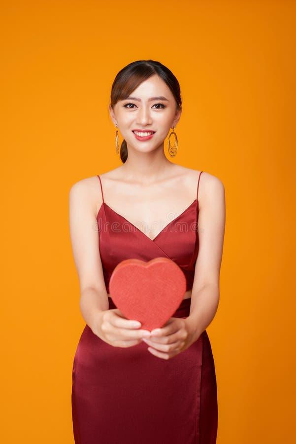Πορτρέτο της όμορφης γυναίκας με το κόκκινο διαμορφωμένο καρδιά κιβώτιο στοκ εικόνες με δικαίωμα ελεύθερης χρήσης