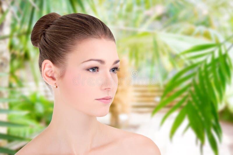 Πορτρέτο της όμορφης γυναίκας με το τέλειο δέρμα πέρα από το πράσινο υπόβαθρο στοκ φωτογραφίες με δικαίωμα ελεύθερης χρήσης
