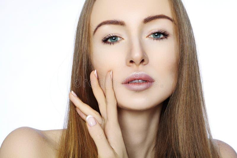 Πορτρέτο της όμορφης γυναίκας με το τέλειο καθαρό δέρμα Η SPA κοιτάζουν, το πρόσωπο Wellness και υγείας Καθημερινή σύνθεση Ρουτίν στοκ εικόνες