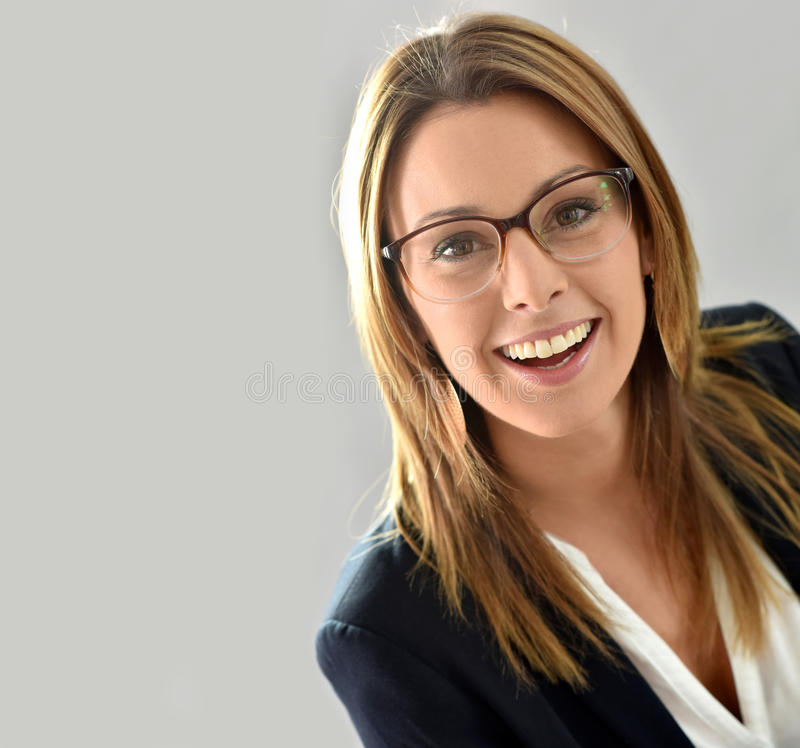 Πορτρέτο της όμορφης γυναίκας με eyeglasses στοκ φωτογραφία με δικαίωμα ελεύθερης χρήσης