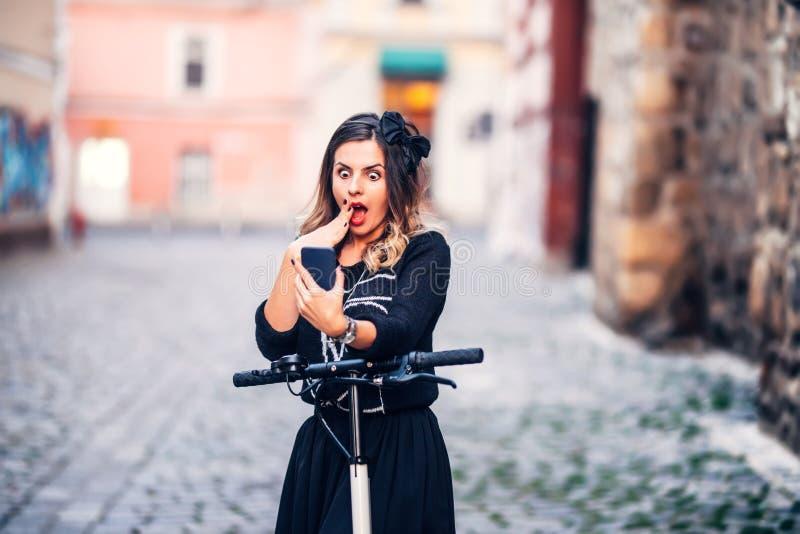 Πορτρέτο της όμορφης γυναίκας που παίρνει τις εικόνες της με το smartphone Λήψη selfies και παραγωγή των προσώπων στοκ φωτογραφία με δικαίωμα ελεύθερης χρήσης