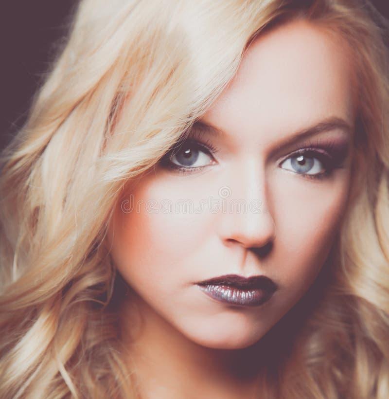 Πορτρέτο της όμορφης γυναίκας στην άσπρη ανασκόπηση στοκ φωτογραφία με δικαίωμα ελεύθερης χρήσης