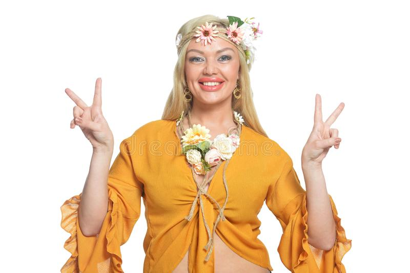 Πορτρέτο της όμορφης γυναίκας στην κίτρινη μπλούζα και το floral στεφάνι που παρουσιάζουν ειρήνη στοκ φωτογραφίες με δικαίωμα ελεύθερης χρήσης