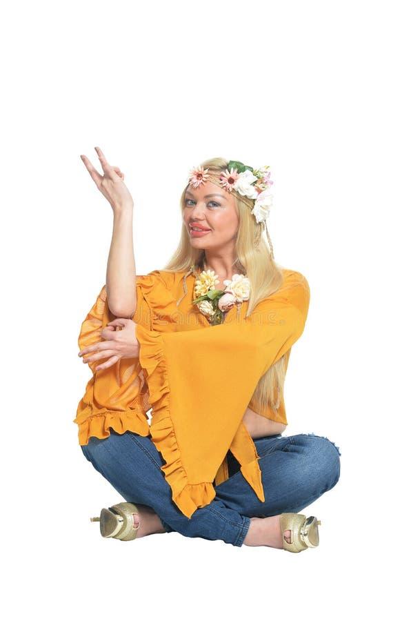 Πορτρέτο της όμορφης γυναίκας στην κίτρινη μπλούζα και floral στοκ φωτογραφία