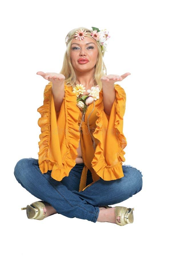 Πορτρέτο της όμορφης γυναίκας στην κίτρινη μπλούζα και floral στοκ φωτογραφίες