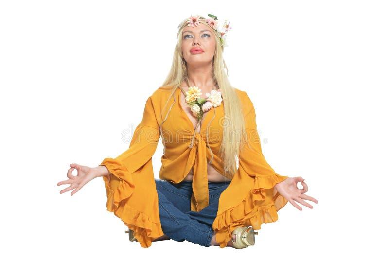 Πορτρέτο της όμορφης γυναίκας στην κίτρινη μπλούζα και floral στοκ φωτογραφία με δικαίωμα ελεύθερης χρήσης