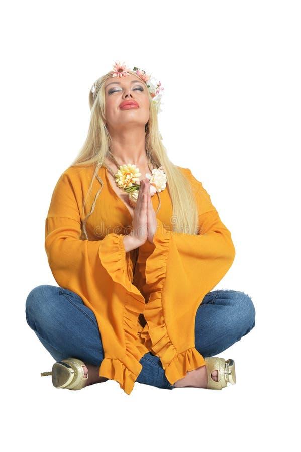 Πορτρέτο της όμορφης γυναίκας στην κίτρινη μπλούζα και floral στοκ εικόνα με δικαίωμα ελεύθερης χρήσης