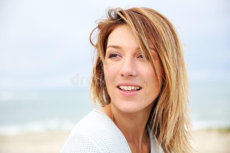 Πορτρέτο της όμορφης γυναίκας στην παραλία στοκ εικόνα