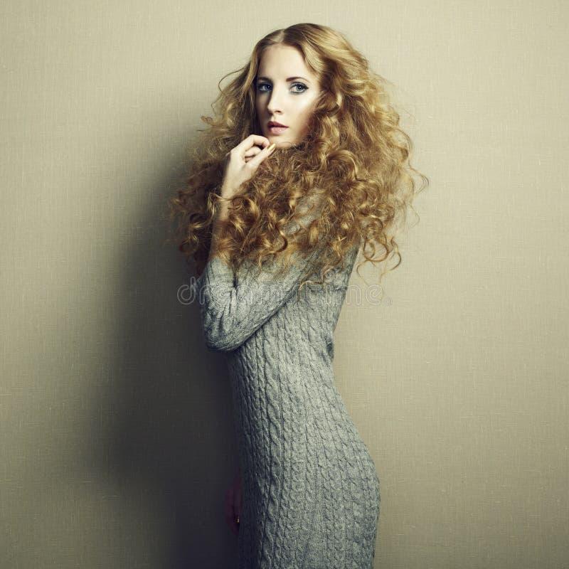 Πορτρέτο της όμορφης γυναίκας στο πλεκτό φόρεμα στοκ εικόνες